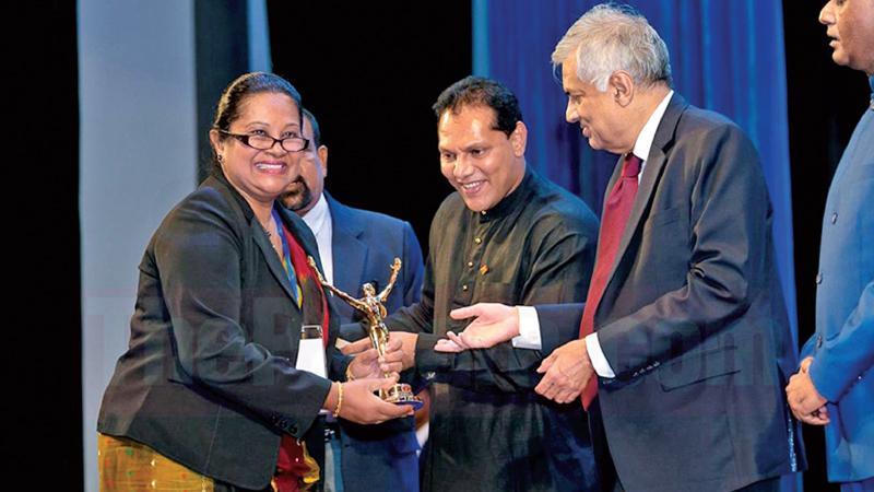 Dr. Samantha Nanayakkara receiving her award