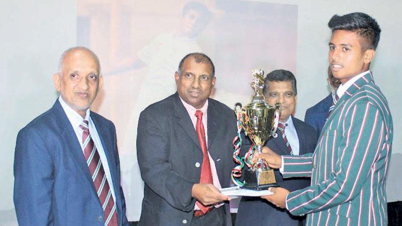 Best All-rounder and Best Bowler Imthiyas Slaza receiving his award from Aravinda de Silva. Principal Triizviiy Marikkar, Cricket Committee Chairman Zaheer Marzook, BOG Chairman Fouzul Hameed and Prof. MTA Furkahn were also present.