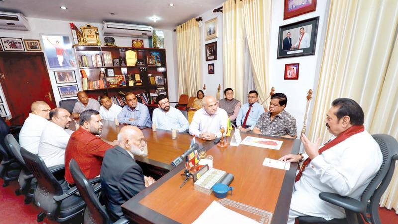 Muslim parliamentarians who resigned from their ministerial portfolios met Opposition Leader Mahinda Rajapaksa at his official residence in Wijerama Mawatha, Colombo 7 yesterday. The parliamentarians discussed issues relating to peace and reconciliation.