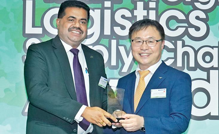 Incheon International Airport Corp Director Young Nam Park presents the AFLAS 2019 award to CICT General Manager Operations, Kumar Siriwardane.