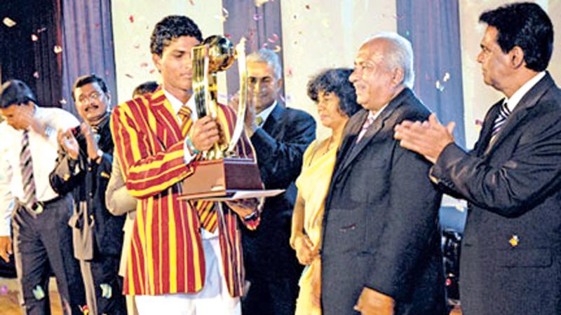 Dinesh Chandimal with his award