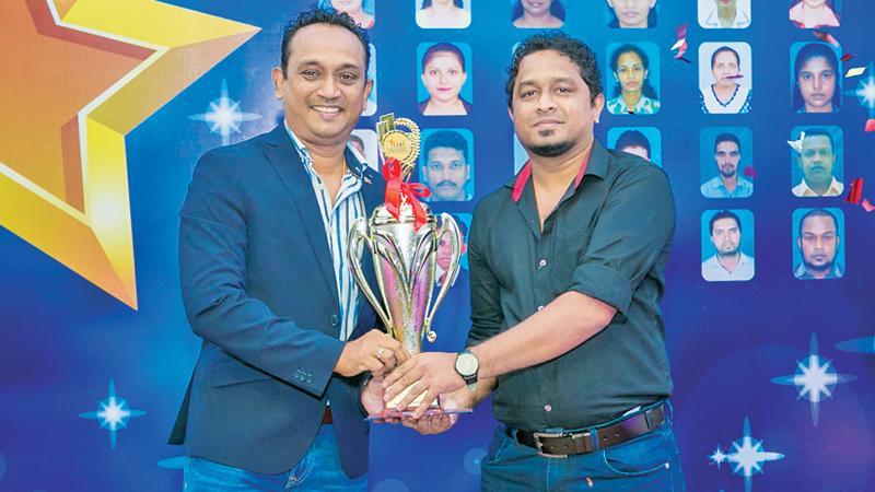 Dhanushka Rajapakse (right) receives the gold award from CEO, Lanka Hospitals Diagnostics, Pradeep Edward.