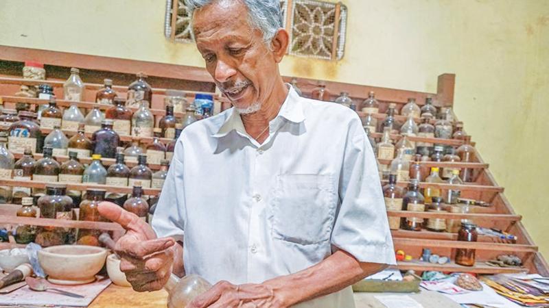 Ratnasabapathy Ponnaiah examines remedies at Siddha Ayurvedic Dispensary in Kalviyankadu