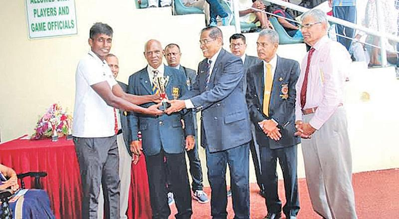 Sanjaya Jayasinghe, most valuable athlete receiving his award from the chief guest P.H.D. Waidyatilaka