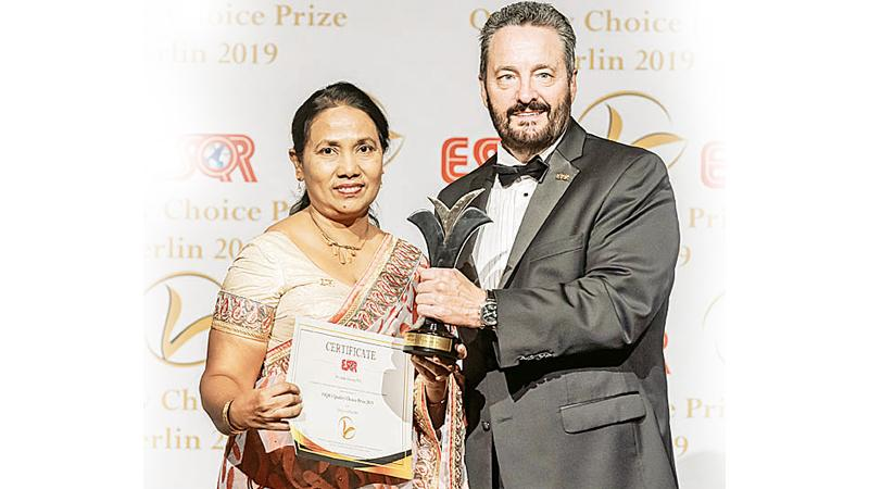 Deputy General Manager, Quality Management of SLT, Ms. Vidya Dias receives the award.