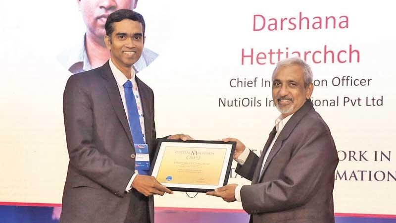 Nutioils, VP/CIO Darshana Hettiarachchi receives the award from Director, Layers-7 Seguro Consultoria, Sujit Christy.