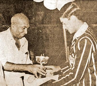 Ranjan Madugalle receives the Schoolboy Cricketer of the Year award from Edwin Tillekeratne, the Deputy Minister of Parliamentary Affairs and Sports in 1979