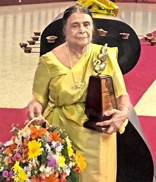 Kamala with the Sahityaratna Lifetime award.