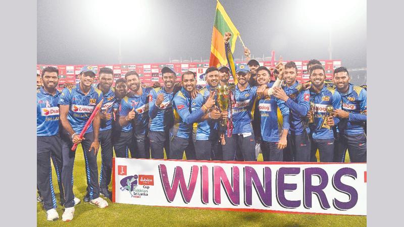 The Sri Lankan squad comprising Dasun Shanaka (captain), Wanindu Hasaranga de Silva, Minod Bhanuka, Nuwan Pradeep, Oshada Fernando, Avishka Fernando, Dhanushka Gunathilaka, Shehan Jayasuriya, Lahiru Kumara, Lahiru Madushanka, Angelo Perera, Bhanuka Rajapakse, Kasun Rajitha, Sadeera Samarawickrema, Lakshan Sandakan, Isuru Udana and Lahiru Thirimanne with the trophy