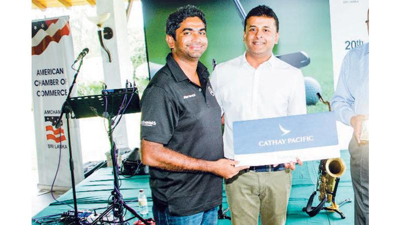 Arvind Fernando receiving the winner's prize from Mohan Pandithage, Chairman, Hayleys Advantis
