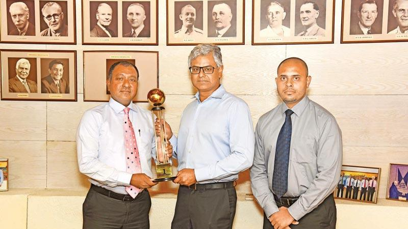 JKH Chairman Krishan Balendra and two officials with the award.