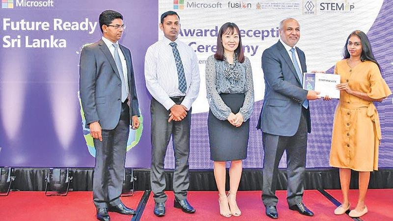 Minister Rauff Hakeem presents certificate to a young woman who completed the course.