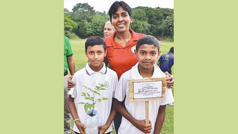Sriyani Kulawansa with two students at the tree planting ceremony