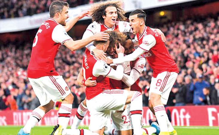 Arsenal players celebrate victory