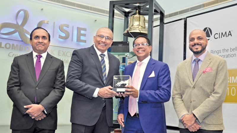 CSE Chairman Ray Abeywardena presents a token to CIMA President Amal Ratnayake to symbolise the partnership between the two organisations. CSE CEO Rajeeva Bandaranaike and CIMA officials look on.