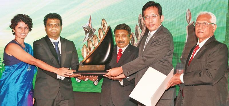 From left: Mrs Thilini Amarasinghe, Senior Engineer and Nandana Niyangama, Manager, OPMC, Kurunegala of SLT receive the award.