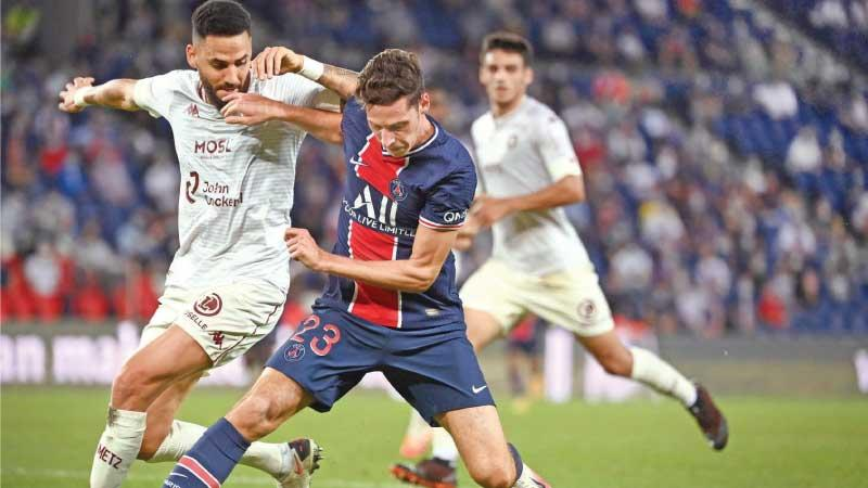 Paris Saint-Germain's German midfielder Julian Draxler (R) fights for the ball with Metz's Tunisian defender Dylan Bronn (L) during the French L1 football match at the Parc des Princes stadium in Paris, on September 16, 2020. (AFP)