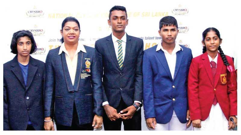 From left: Tharushi Karunaratne (athletics), Susanthika Jayasinghe, Ravindu Jayasundara (athletics), Deshan Kumara (weight lifting) and Sachini Laksarani (weight lifting) pose for a photo on the historic occasion (Pic by Sulochana Gamage)
