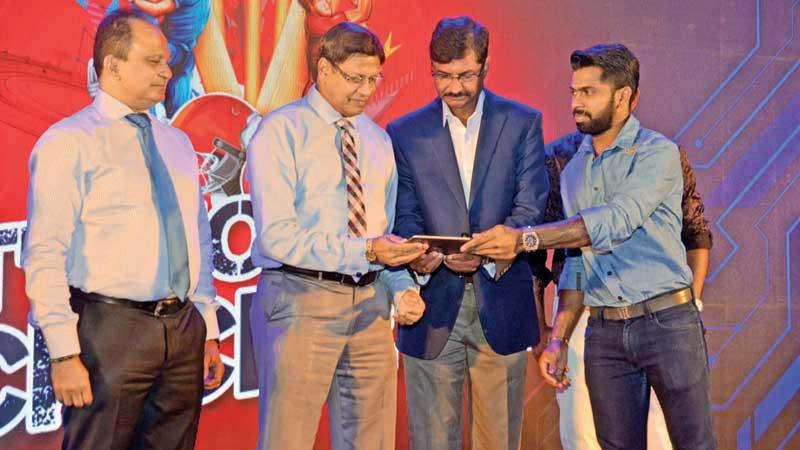 Sri Lanka cricketer and Red Bull athlete Niroshan Dickwella (right) joins the brand's tournament director Brendon Kuruppu (centre) and Sri Lanka Cricket secretary Mohan de Silva in sealing a commercial deal  (Pic by Vipula Amerasinghe)