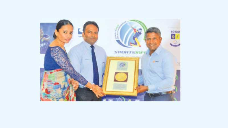 Rangana Herath receiving a special award from Sportsinfo presented by chairman Thilan Rangana and CEO Nilakshi Ratnatunga