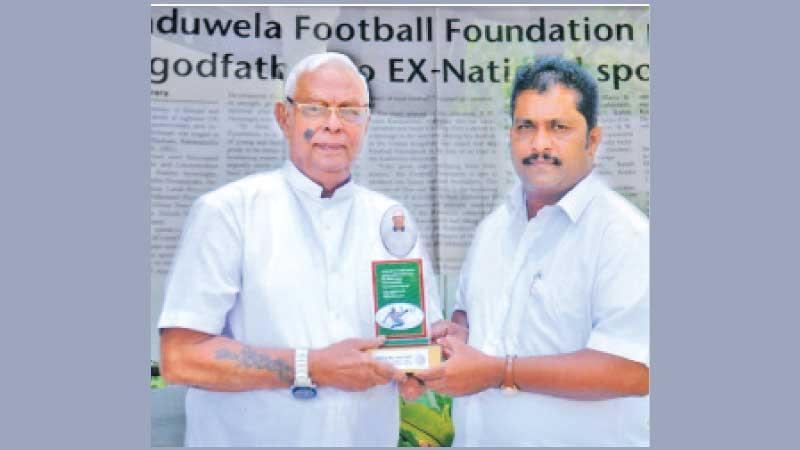 Telesphor Dias (left) receiving his memento presented by RA  Premaranjith, the Opposition leader of the Kaduwela Municipal Council