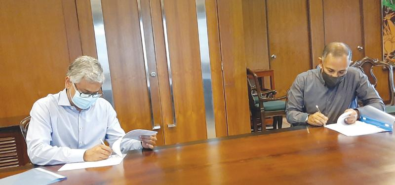 John Keells Group Chairman Krishan Balendra and Hemas Group Executive Director Sriyan de Silva Wijeyeratne signing the agreement.