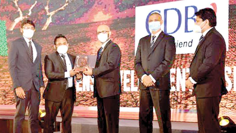 Standing from right: GayanPerera - Senior Brand Manager - Singer Sri Lanka, Sanath Senanayake - Chief Executive Officer - SLIM, Suranjith Suwaris - Immediate Past President -SLIM, Darshana Jayasinghe - Deputy General Manager Marketing - CDB and Charitha Warnakulasooriya – Head of Brands- CDB