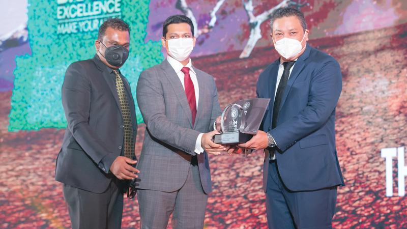 Chairman of Threadworks (Pvt) Ltd., Dr. Gehan De Soysa and a senior member of the sales team, receive the award