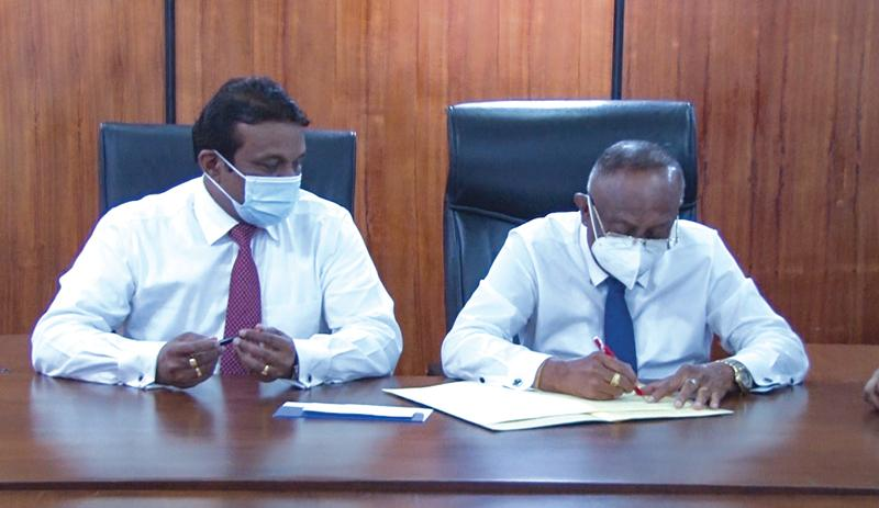 Officials of Litro Gas Lanka and Sri Lanka Land Development Corporation at the signing ceremony.