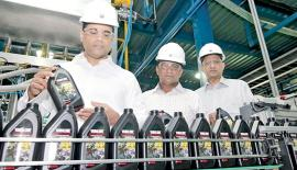 MD/CEO of Chevron Sri Lanka, Kishu Gomes at the first production run of Yamaha Genuine Oil for the Sri Lankan market as it rolls off the production lines of the Chevron Lubricants Lanka PLC manufacturing plant in Sapugaskanda. General Manager, Supply Chain, Wijitha Akmeemana and General Manager, Sales of Chevron Sri Lanka,  Bertram Paul.