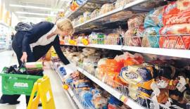 Supermarkets should create plastic-free aisles to cater to their customers' demands, says former Asda CEO Andy Clarke. Pic: Alamy