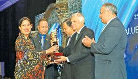 Group Managing Director Sheamalee Wickramasingha receives the award from Prime Minister Ranil Wickremesinghe.