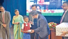 Dr. Harsha de Silva, Deputy Minister Policy Planning and Economic Development presents an award. Also in the picture are LOLC Group Managing Director/CEO Kapila Jayawardena, Executive Director LOLC Ms Kalsha Amarasinghe, Director/Chief Executive Officer LOMC Ravi Tissera and Charith Jagoda, Chief Manager, Out Reach Development, Micro Finance, LOMC