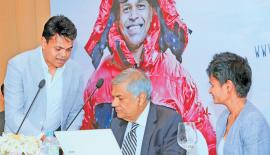 Johann Peries with Prime Minister Ranil Wickremesinghe and Jayanthi Kuru-Utumpala at the campaign launch (Pic Saman Sri Wedage).