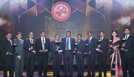 Team members of Kelani Valley Plantations with Managing Director Roshan Rajadurai, Director/CEO Sarath Siriwardena at the National Business Excellence Awards 2017