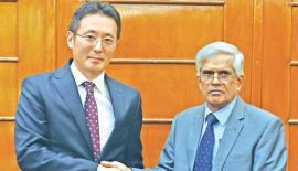 Secretary, Ministry of Finance and Mass Media, Dr. R.H.S. Samaratunga and Chief Representative of JICA Sri Lanka office Fusato Tanaka exchange copies of the agreement.