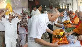 CEO/ General Manager of People's Bank N. Vasantha Kumar conveying the Sacred Casket, and offering 'Pirikara' to the Maha Sangha