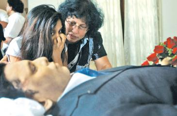 Lasantha Wickrematunge's daughter Ahimsa  Wickrematunge at her  father's funeral