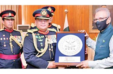 Gen. Shavendra de Silva presents a memento to Pakistan President Dr. Arif Alvi