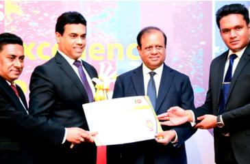 Kishu Gomes receives the award from Education Reforms State Minister Susil Premjayanth