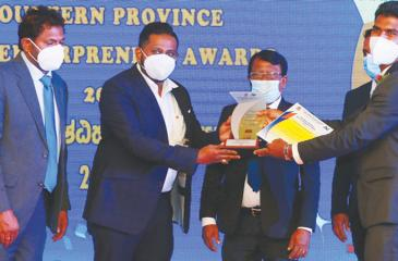 MD, Asiri Super,Chaminda Udagamage receives the award