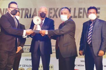 Bio Extracts COO Dilantha de Silva and CFO Haniffa Mohamed Fahim receive the award.