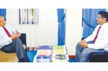 Prof. Ajantha Dharmasiri (left) in conversation with Tharindu Amerasekara