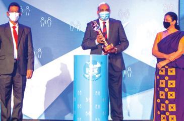 Director, Premier Packaging International, Prabash Kombalavithana receives the award.