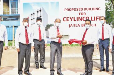 Ceylinco Life Managing Director and CEO Thushara Ranasinghe (centre), members of the management and branch staff at the foundation stone laying ceremony.