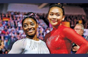 Simone Biles (left) and Suni Lee