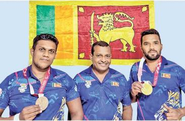 Coach Pradeep Nishantha (centre) with Paralympic Bronze medal winner Samitha Dulan (left) and Gold medalist Dinesh Herath