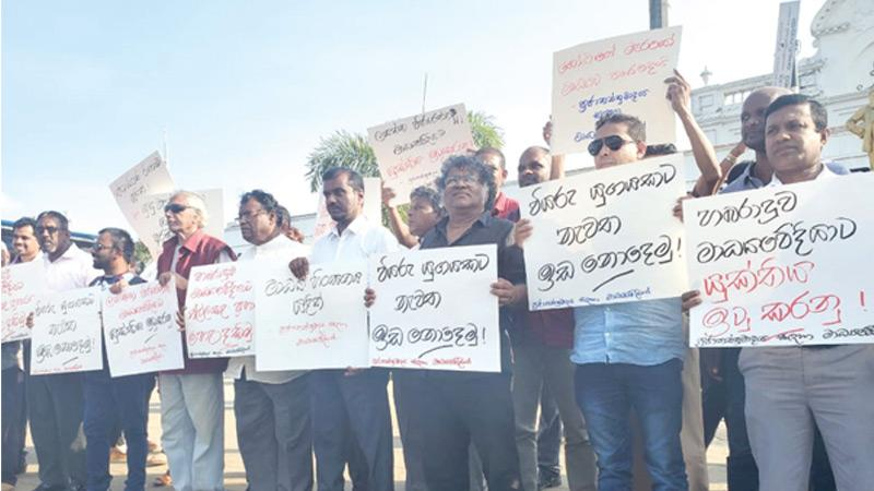 Media personnel protest against the  attack on Lasantha Wijeratne