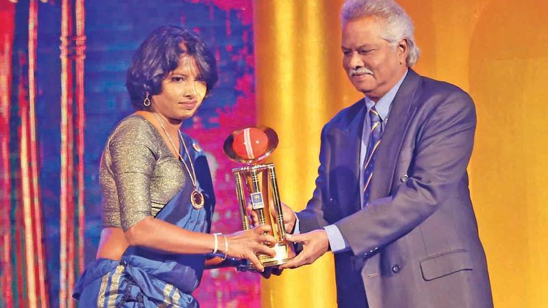 Major Limited Overs Best Batsman and Allrounder Sachitra Senanayake (SSC) receives his award from retired bowler Rangana Herath