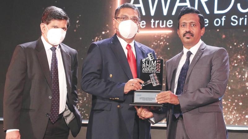 Director of Ceylinco General Insurance, Ajith Perera and Deputy General Manager, Marketing, Senaka Rajapakse receive the award.